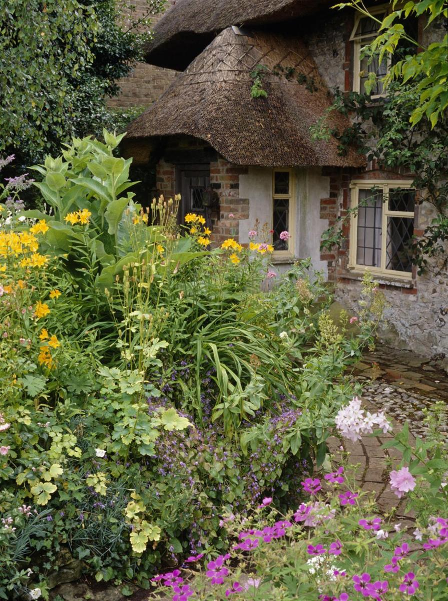 Stunning Country Cottage Gardens Ideas 30
