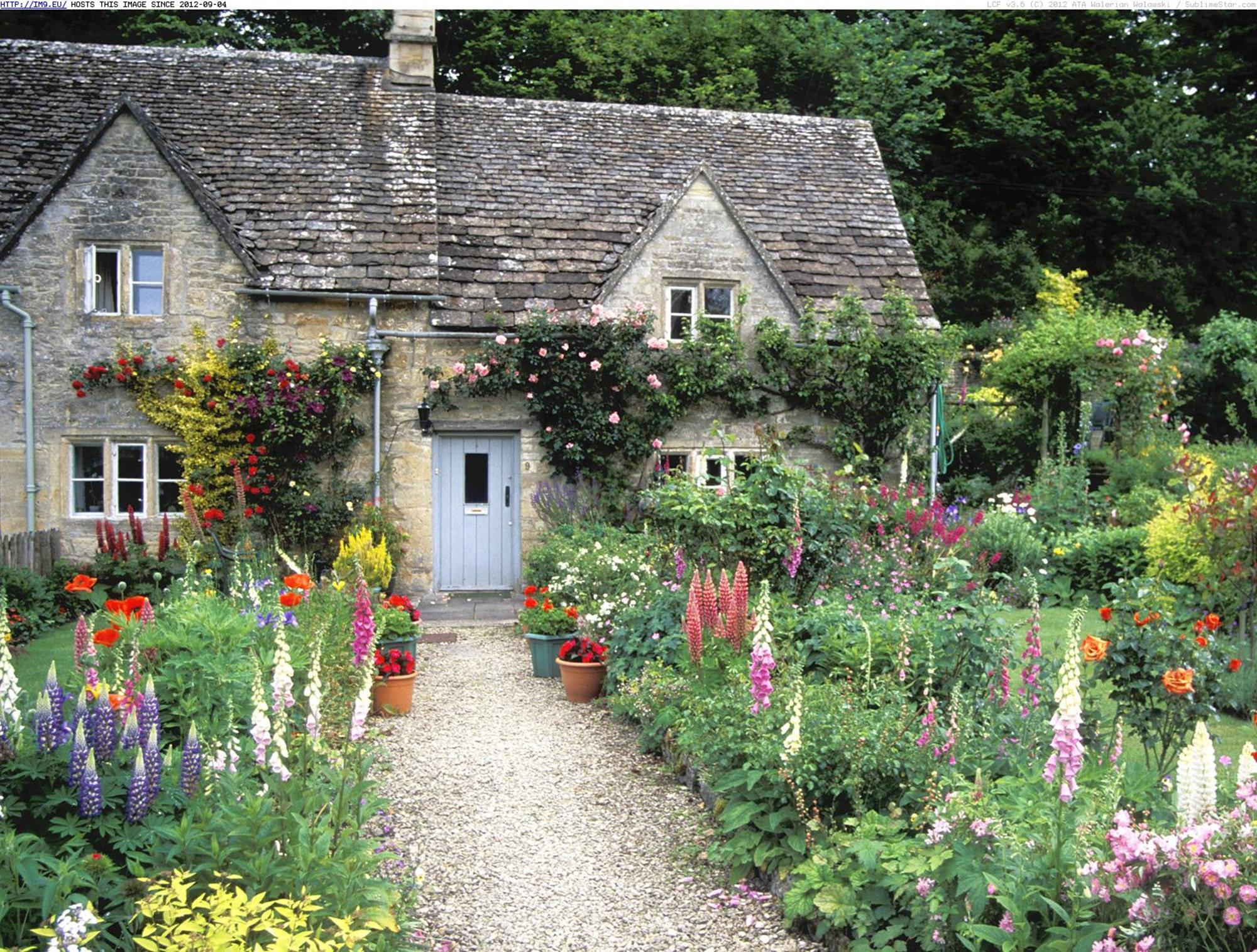 Stunning Country Cottage Gardens Ideas 4