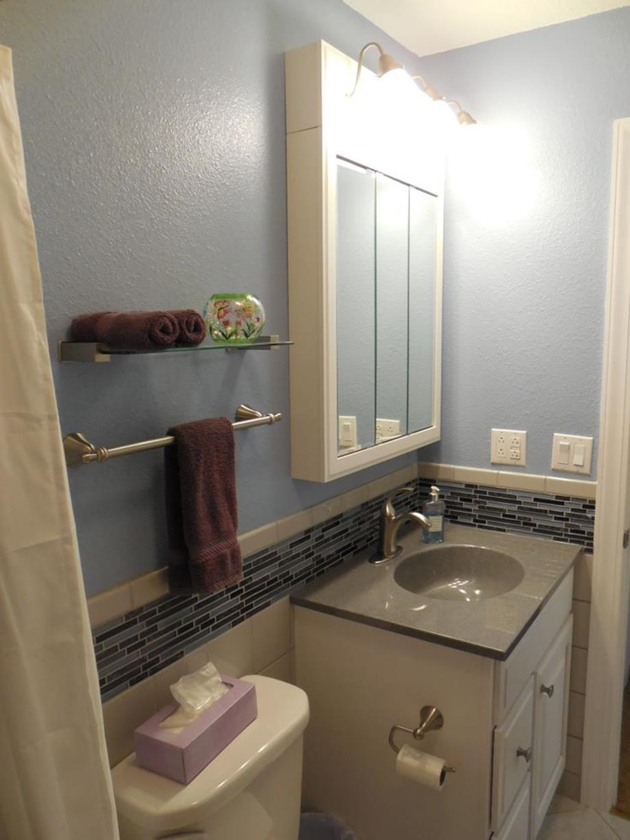 Stunning Gray Bathrooms with Accent Color Ideas 8