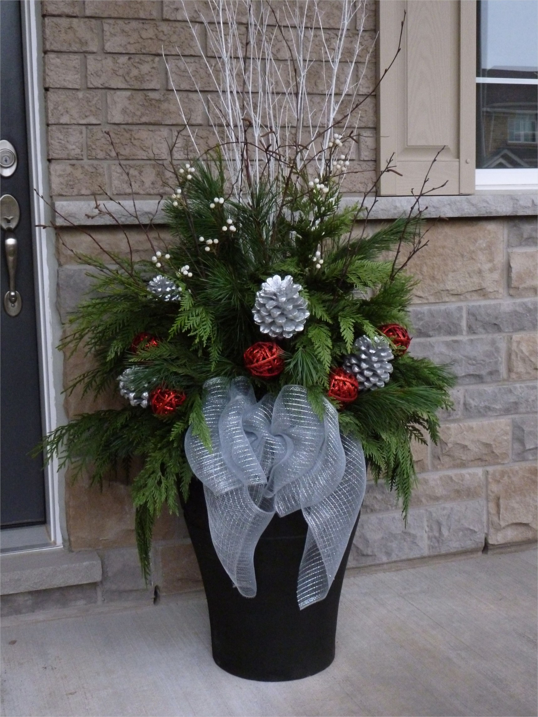 42 Beautiful Christmas Outdoor Pot Decorations Ideas 35 Christmas Planter by Ana Mateus Noël Guirlandes Et Pots Hiver Pinterest 4