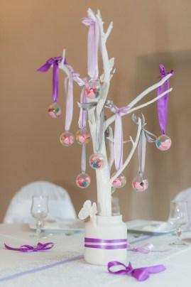 Décoration de la table enfants avec un arbre à bonbons aux couleurs du mariage