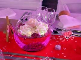 Centre de table avec roses flotantes