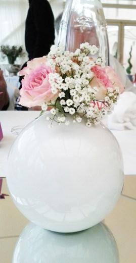 Petite composition florale de roses branchues et de gypsophile