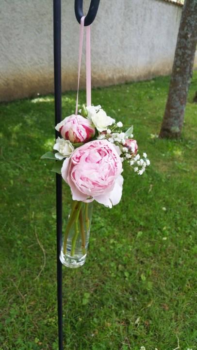Bouquet de pivoines et de roses, suspendu sur piquet