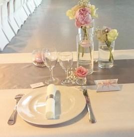 Centre de table sur une base de pivoines et de roses, marque-place, boîte à dragées et rond de serviette