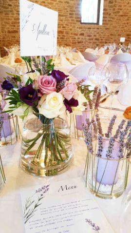 Centre de table avec bougies décorées de brins de lavande