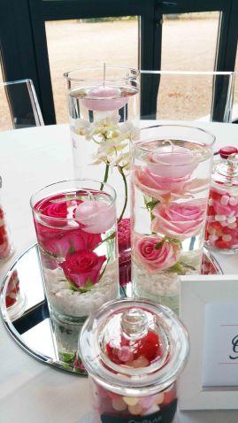 Centre de table avec fleurs plongées et bougies flottantes