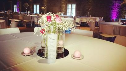 Petits bouquets de roses et gypsophile en trois cylindre sur miroir
