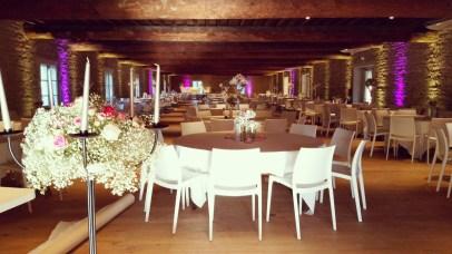 Décoration de la salle, création florale sur chandelier à l'entrée de la salle et ambiance lumineuse générale