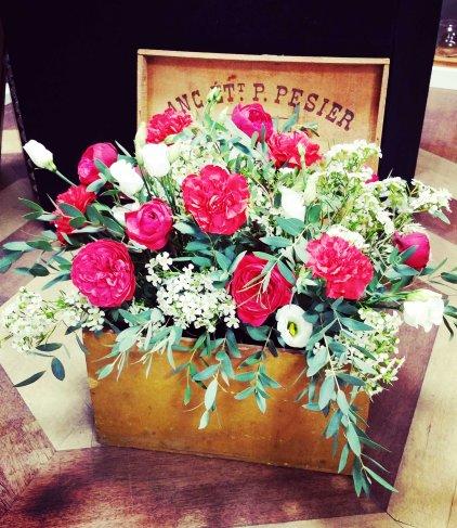 Composition florale en caisse en bois : thème couleur rouge