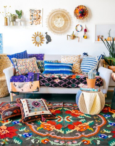 Eclectic And Quirky Living Room Decor Styling Ideas (28)