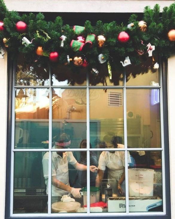 Beautiful Window Decorating Ideas For Christmas 16
