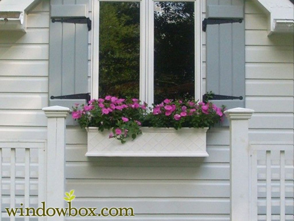 Fabulous Exterior Decoration Ideas With Flower In Window 07