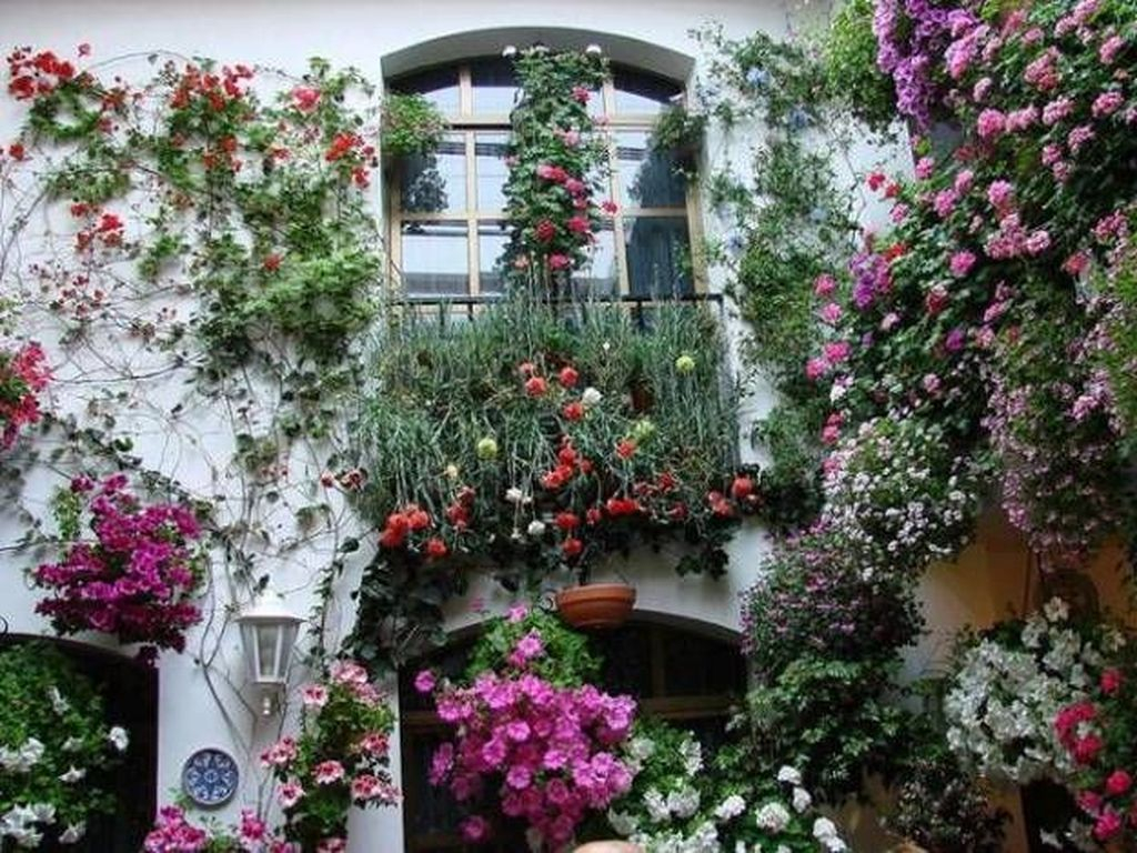Fabulous Exterior Decoration Ideas With Flower In Window 21
