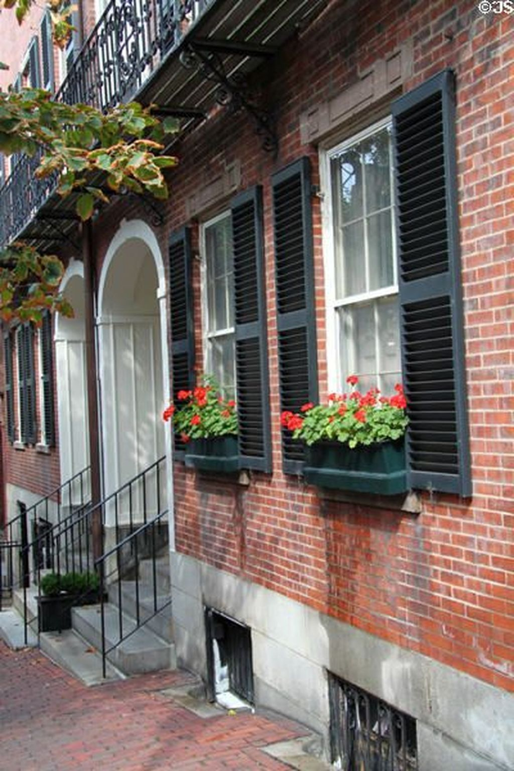 Fabulous Exterior Decoration Ideas With Flower In Window 24