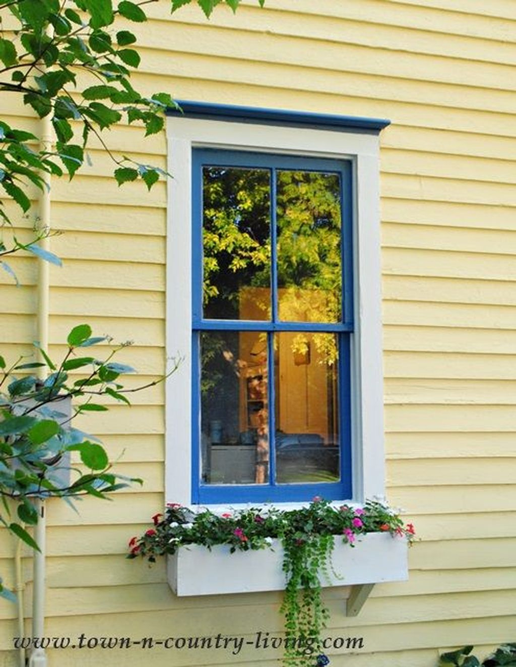 Fabulous Exterior Decoration Ideas With Flower In Window 35