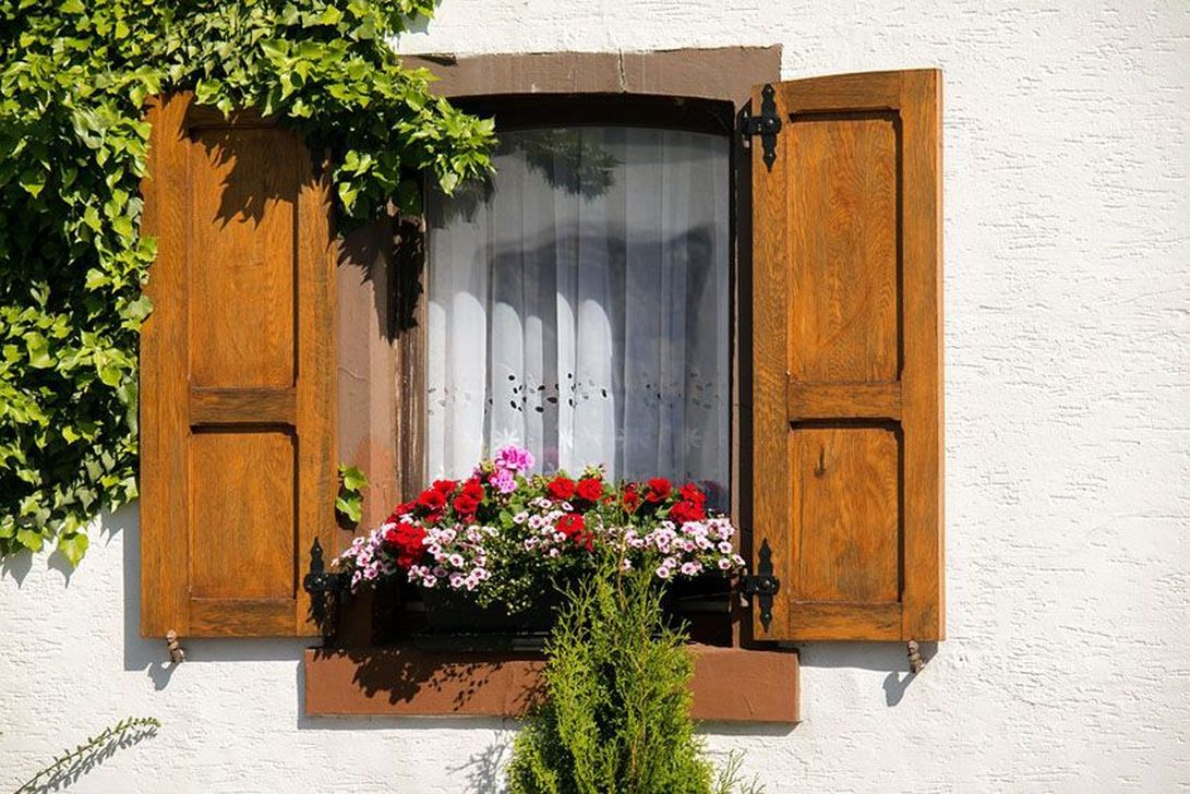 Fabulous Exterior Decoration Ideas With Flower In Window 36