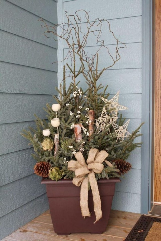 Marvelous Outdoor Holiday Planter Ideas To Beauty Porch Décor 06
