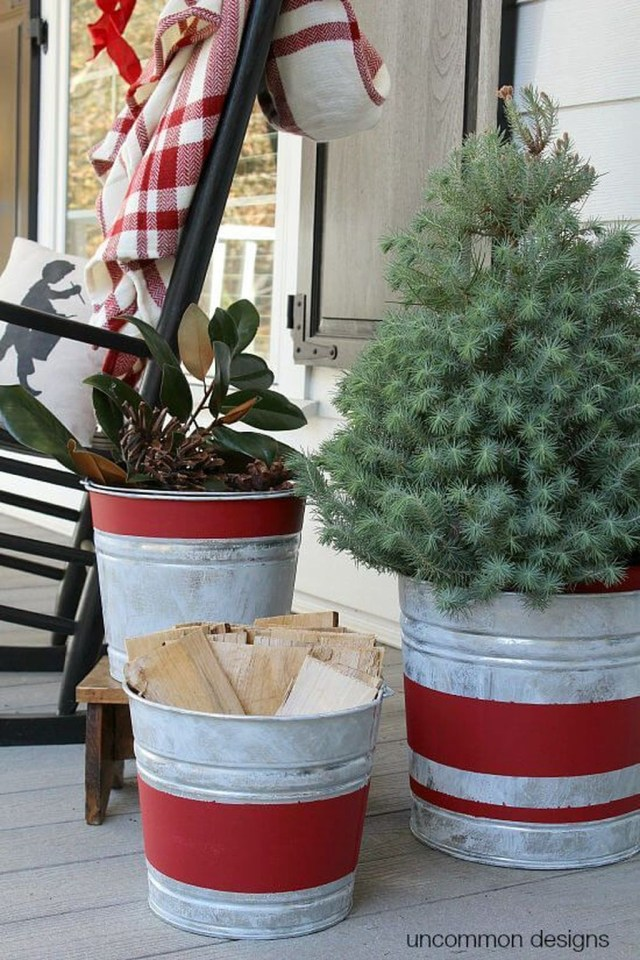 Marvelous Outdoor Holiday Planter Ideas To Beauty Porch Décor 08