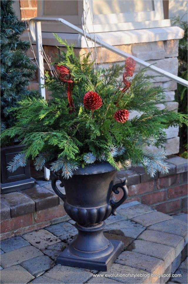 Marvelous Outdoor Holiday Planter Ideas To Beauty Porch Décor 09