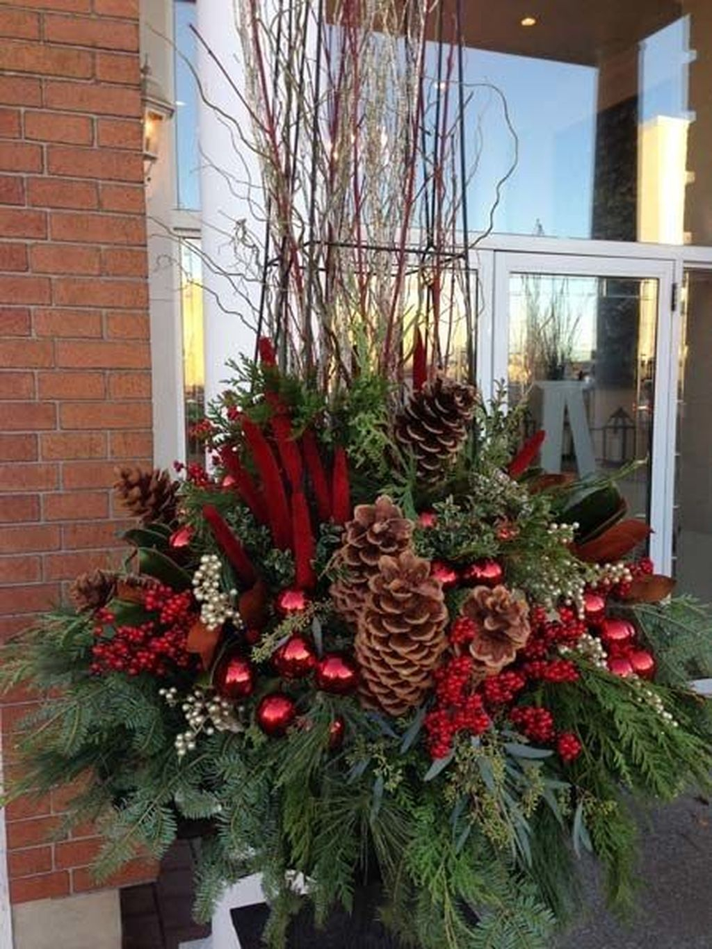 Marvelous Outdoor Holiday Planter Ideas To Beauty Porch Décor 15