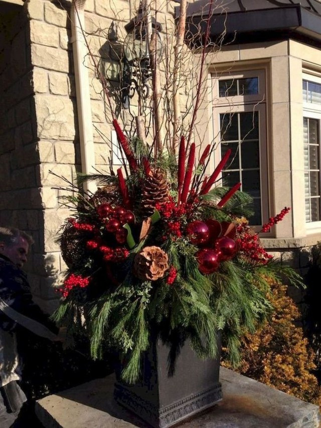 Marvelous Outdoor Holiday Planter Ideas To Beauty Porch Décor 16