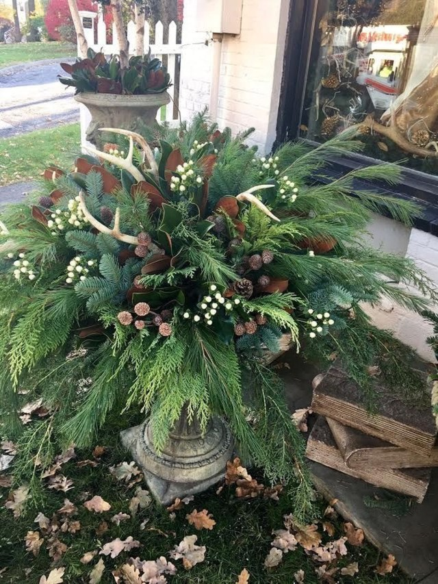 Marvelous Outdoor Holiday Planter Ideas To Beauty Porch Décor 21