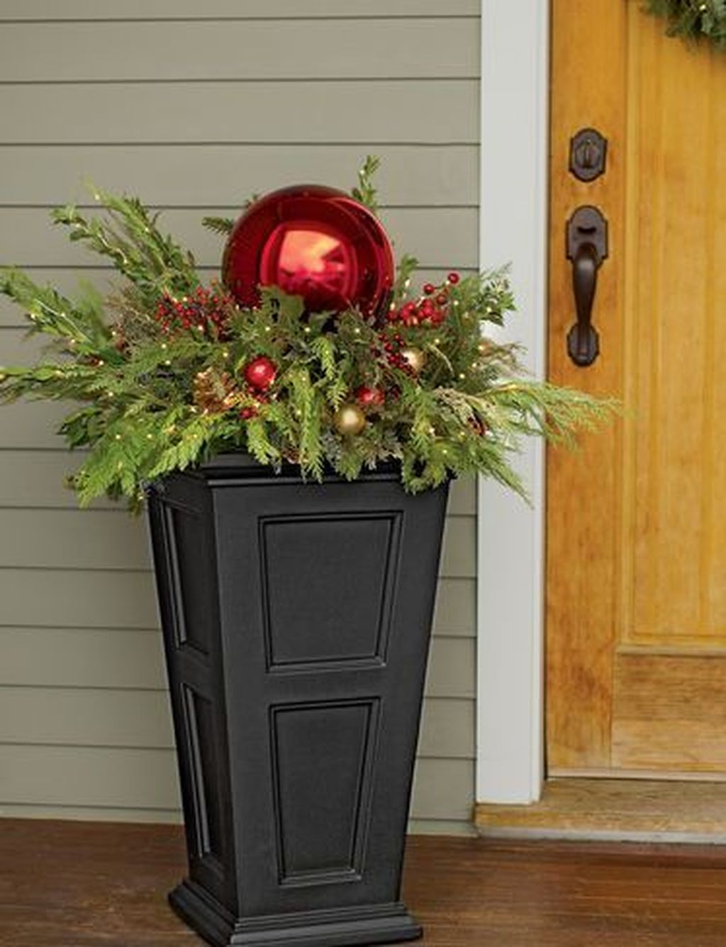 Marvelous Outdoor Holiday Planter Ideas To Beauty Porch Décor 26