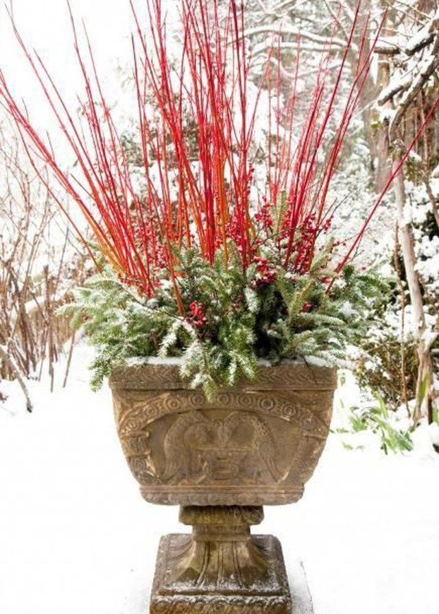 Marvelous Outdoor Holiday Planter Ideas To Beauty Porch Décor 29