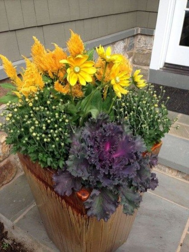 Marvelous Outdoor Holiday Planter Ideas To Beauty Porch Décor 35