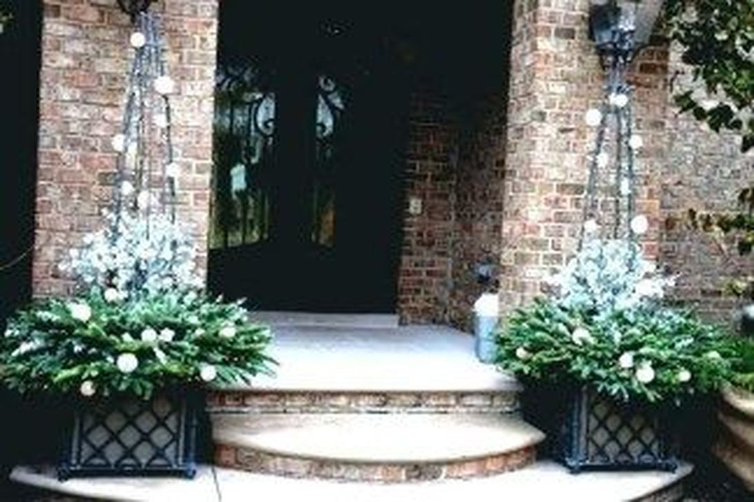 Marvelous Outdoor Holiday Planter Ideas To Beauty Porch Décor 37