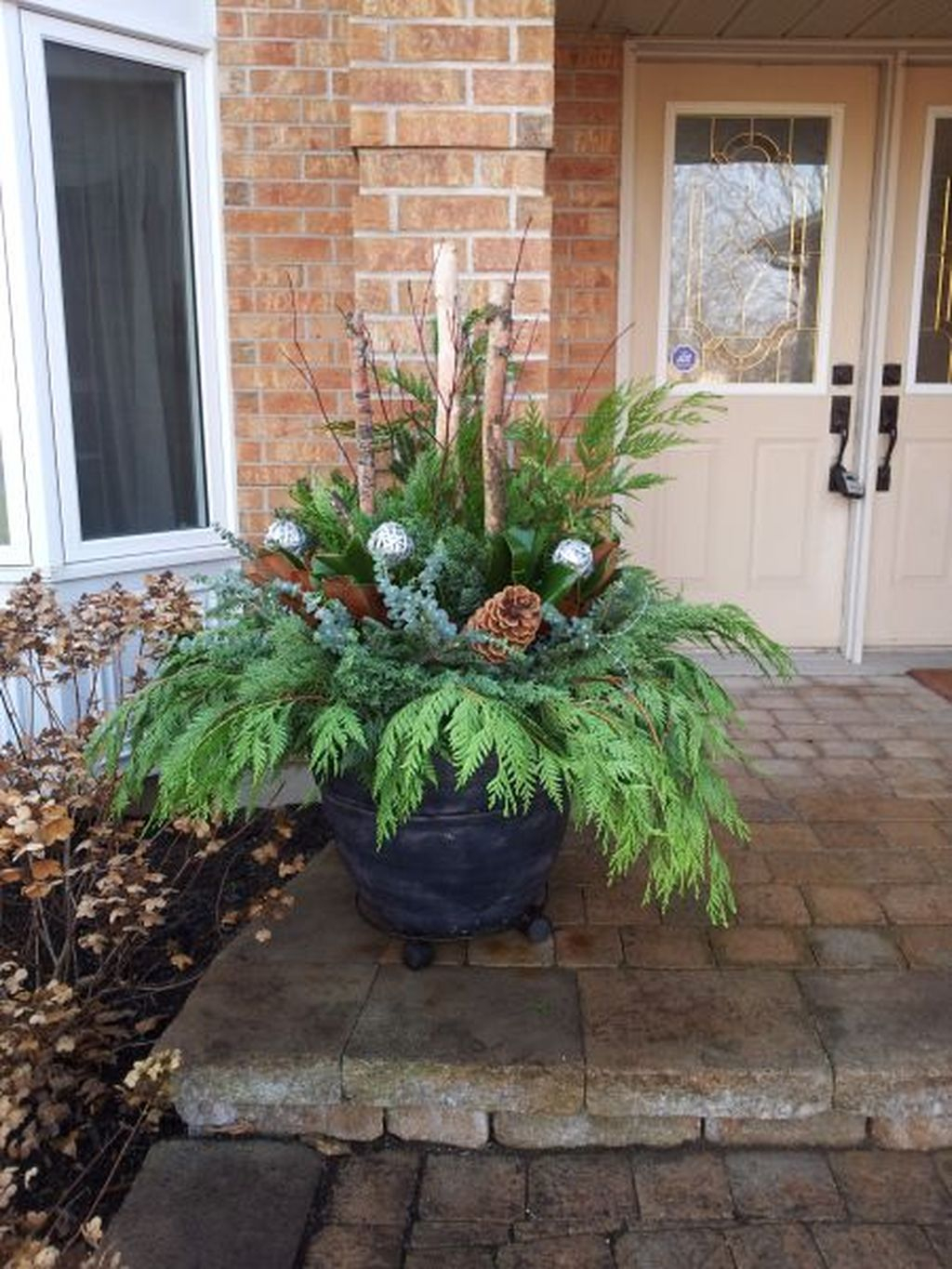 Marvelous Outdoor Holiday Planter Ideas To Beauty Porch Décor 40