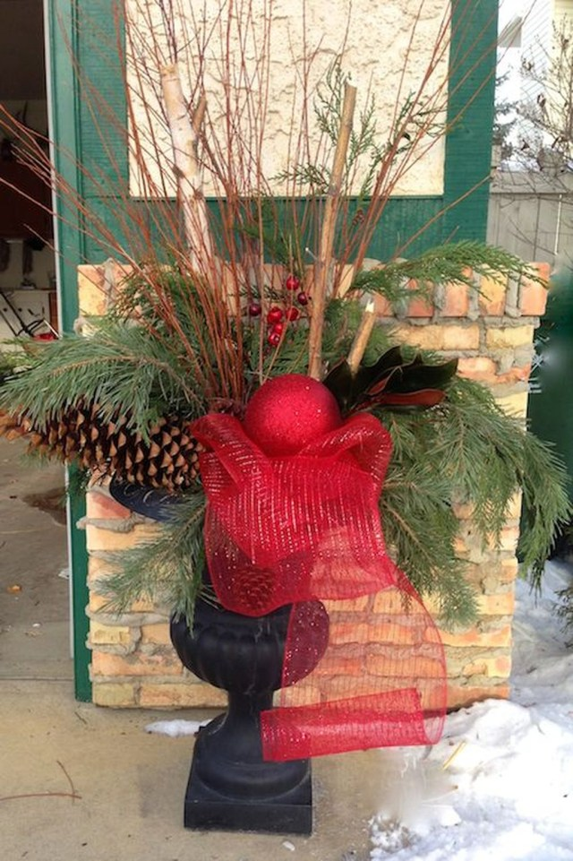 Marvelous Outdoor Holiday Planter Ideas To Beauty Porch Décor 41