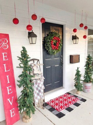 Affordable Christmas Porch Decoration Ideas To Try This Season 16
