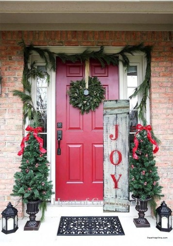 Affordable Christmas Porch Decoration Ideas To Try This Season 28