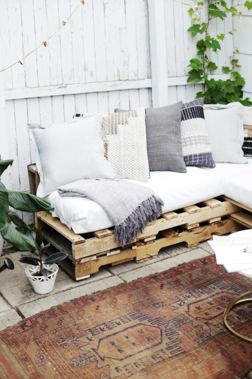 Super Easy DIY Pallet sofa, perfect for any backyard.