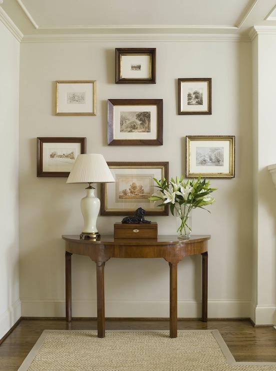 Obrazy na ścianie we wnętrzu klasycznym