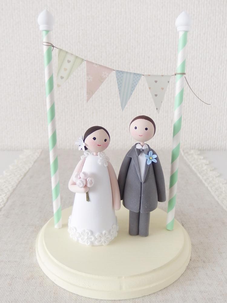 タキシードの新郎とウエディングドレスの新婦さん。ウエディング ケーキトップ