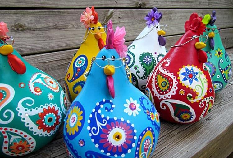Ljus och elegant kyckling och pumpa roosters - tanken på höstträdgårdsinredningen