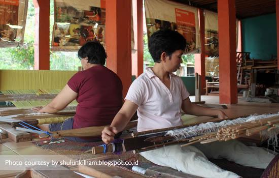 Warga Desa Muara Penimbung melakukan aktifitas tenun Songket