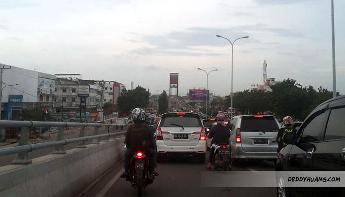 Kemacetan di atas flyover Jakabaring. Bersabar untuk Palembang Pacak!