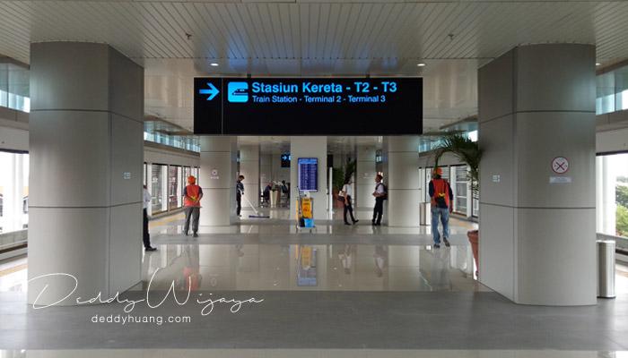 menunggu antrian - Penasaran! Inilah Penampakan Skytrain Bandara Soekarno Hatta