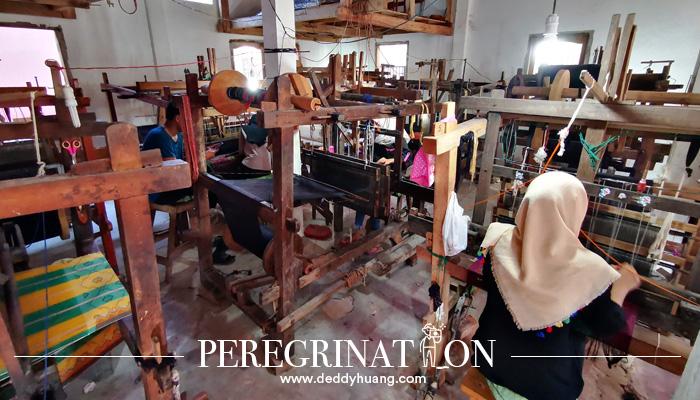 cara menenun kain 02 - Cantik Nian Kain Khas Palembang