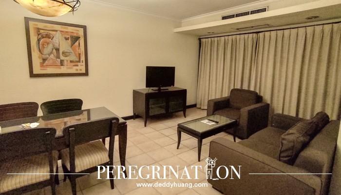 ruang tamu Grand Tropic Suites Jakarta