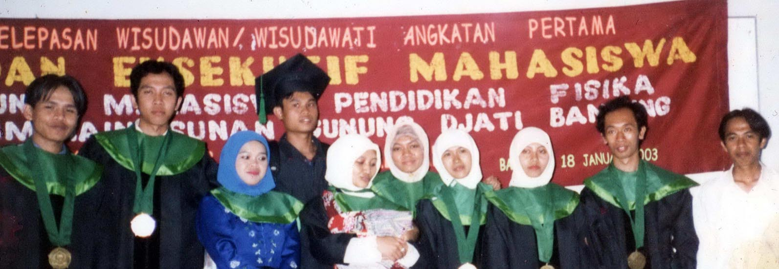 Foto bersama pasca wisuda