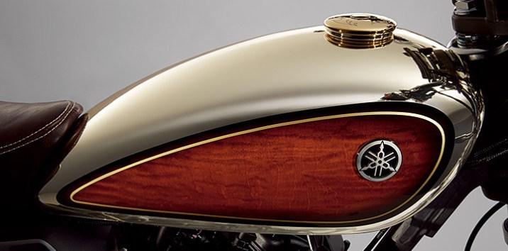 Bahan kayu pada tangki melengkapi gaya klasik motor ini