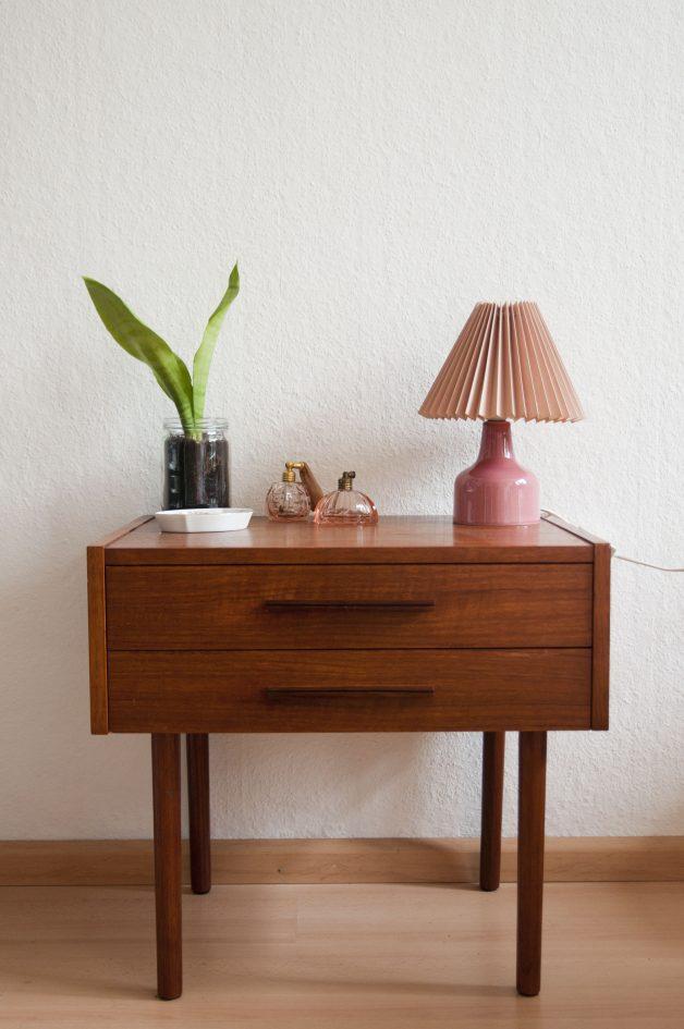 roze vintage tafellamp op nachtkast