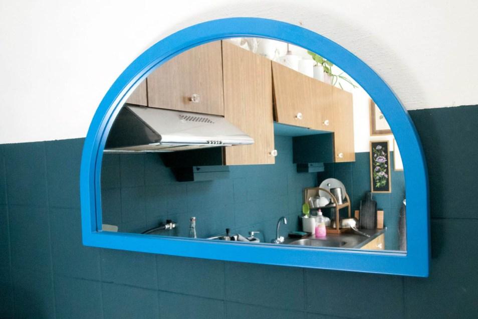 Blauwe retro raamluik spiegel
