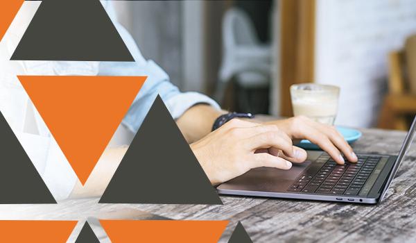 Hombre typeando contenido en una computadora portátil