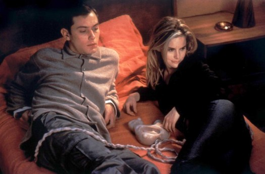 Jude Law and Jennifer Jason Leigh in <em>eXistenZ</em>